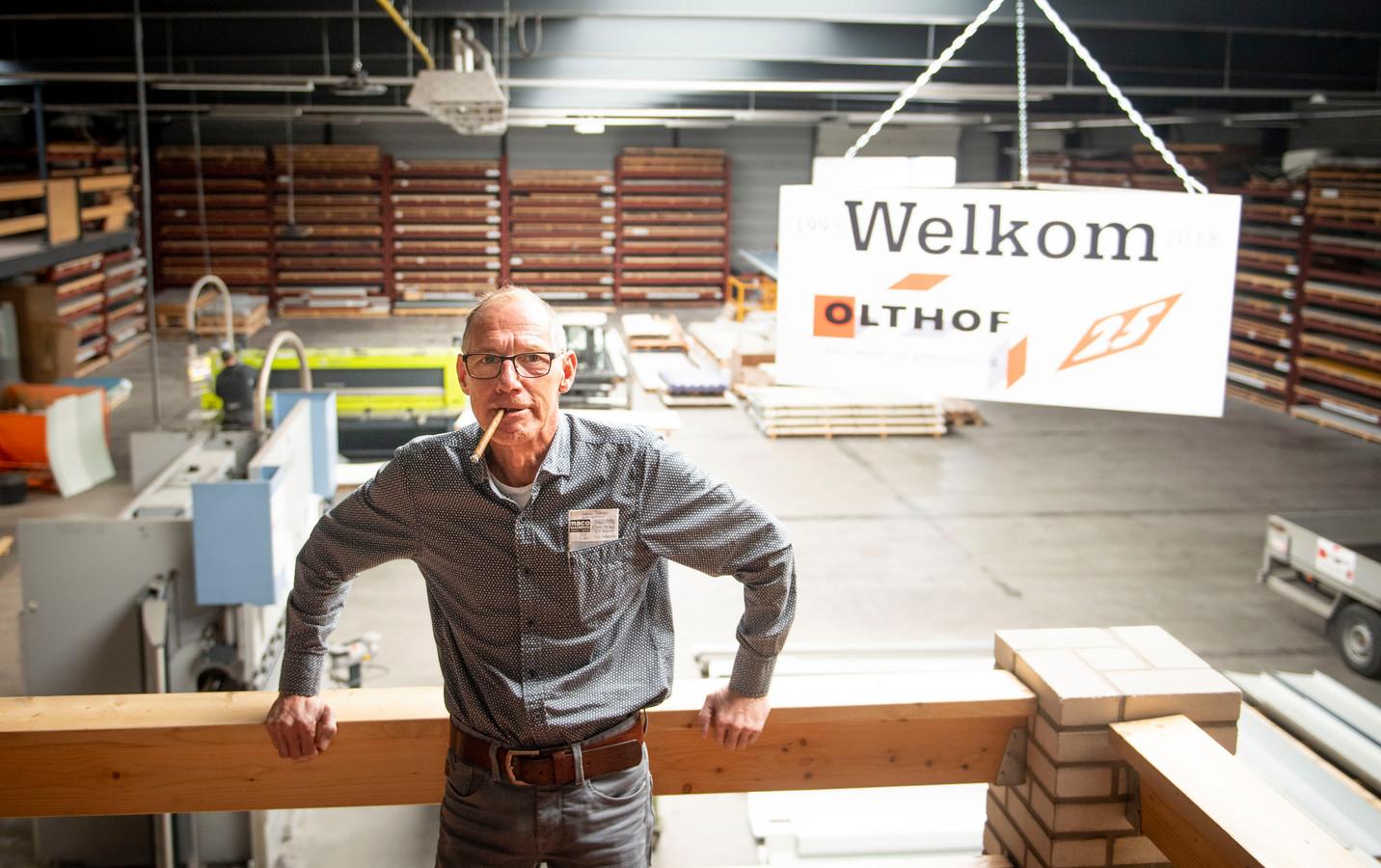 De markante Hellendoornse ondernemer Henk Olthof is woensdagavond laat overleden. Hij is 57 jaar geworden.