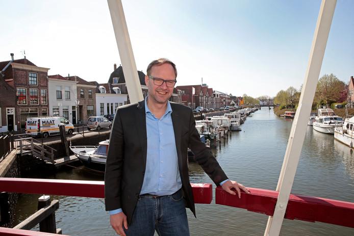 Wethouder Robert van der Kooi bij de Brielse haven. Hij benadrukt dat de plannen hiervoor nog niet rond zijn.