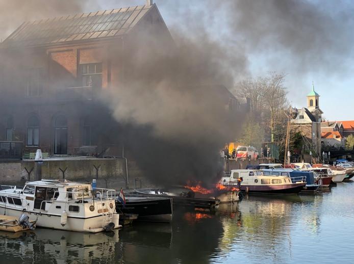 Twee boten gingen in vlammen op. De brandweer zoekt nog uit wat er precies is gebeurd.
