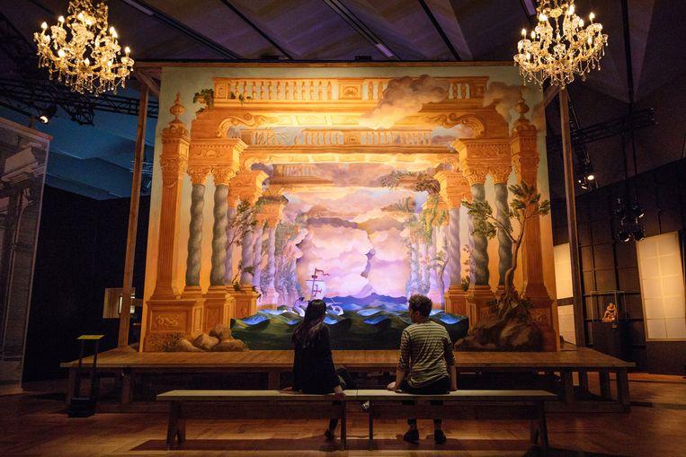 Werknemers van de Victoria & Albert aanschouwen 'Il Vostro Maggio' (2017), een scenografische installatie. Beeld Getty