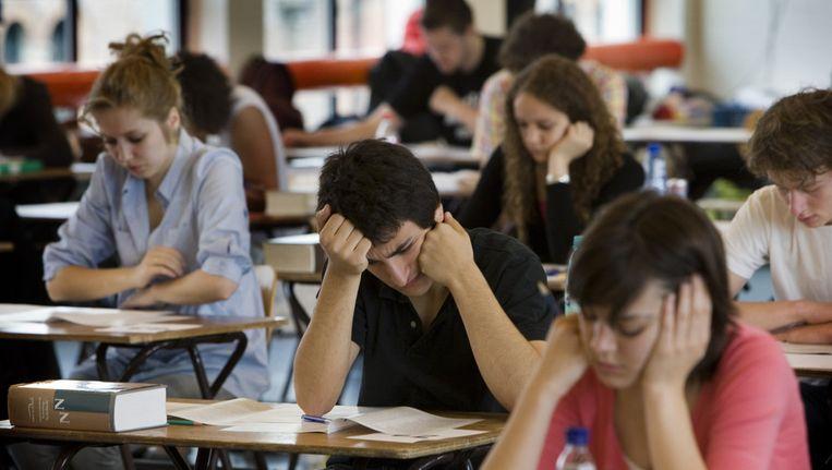 Leerlingen buigen zich over hun eindexamen. Beeld anp