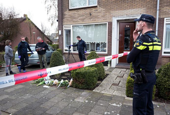 De politie deed gisteren aan het eind van de middag uitgebreid sporenonderzoek in en om de woning van het 45-jarige dodelijke slachtoffer uit Mijdrecht.