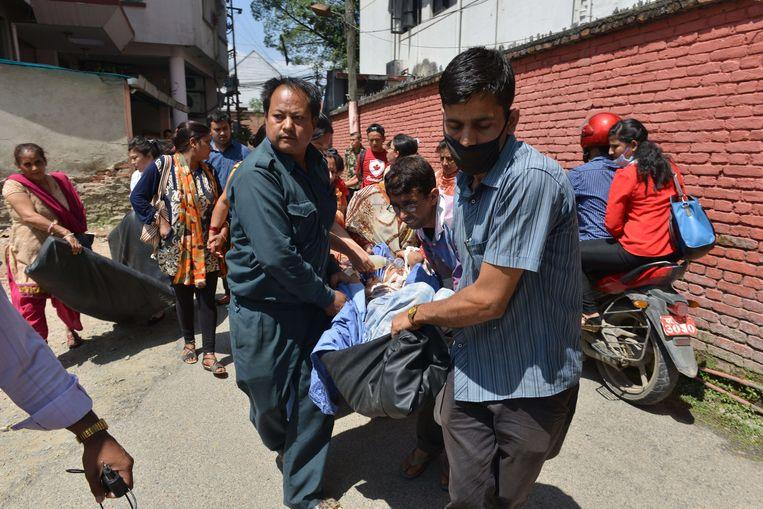 Patiënten worden uit een beschadigd ziekenhuis gehaald en in veiligheid gebracht.