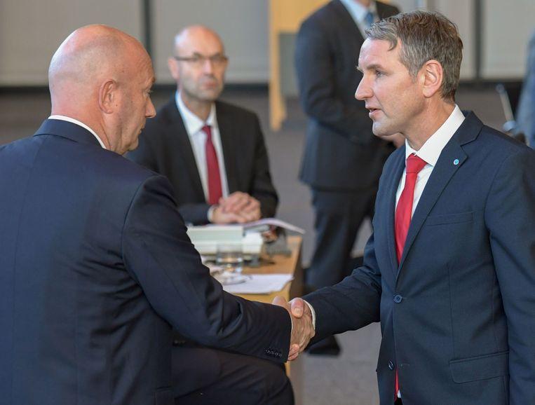 AfD-politicus Björn Höcke (r) feliciteert Thomas Kemmerich van de FDP in Thüringen Beeld AFP