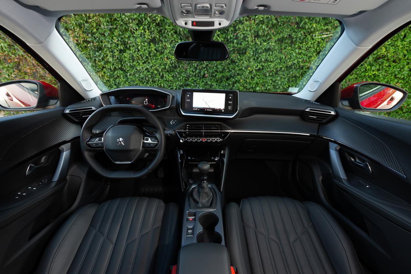 Bij Peugeot is de trend naar het meer rechthoekige stuur nu al waarneembaar, zoals in de nieuwe 2008