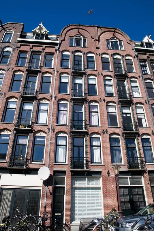 Prins de Vos woont in het middelste huis op de bovenste verdieping, maar dan wel aan de achterzijde.