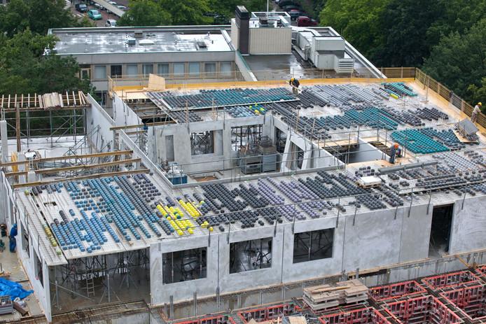 De constructie met dit type prefab-vloerplaten waarop beton wordt gestort, is in meer gebouwen toegepast. Ook in Zwolle is tijdens de nieuwbouw dit type vloer toegepast.