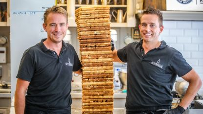 IN BEELD. Broers uit Blankenberge breken record 'wafels stapelen' met een toren van 91,5 cm hoog