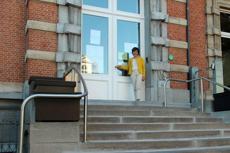 Lut Van de Vijver voor de ingang van het Moerbeeks gemeentehuis.