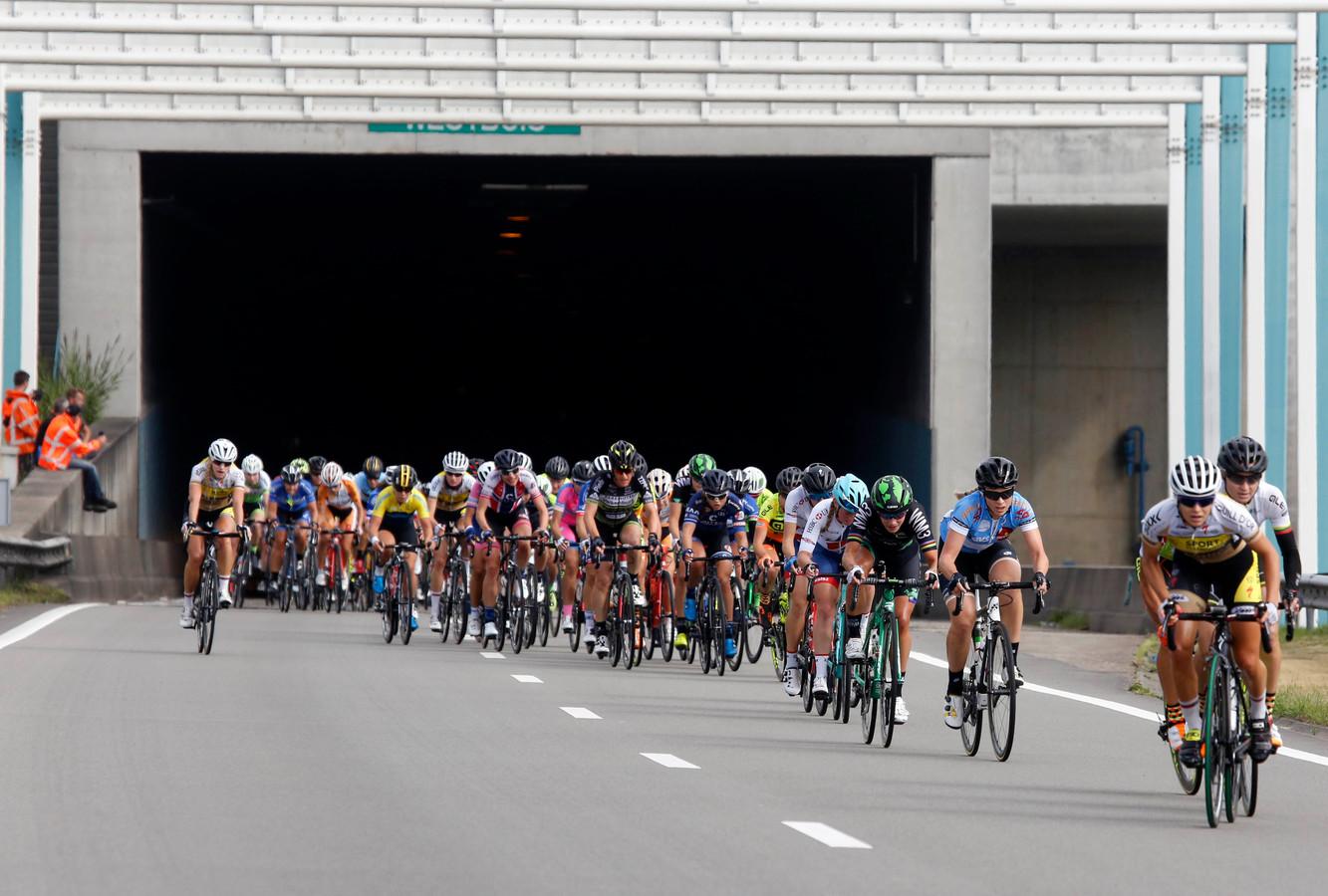 De ZLM Tour gaat morgen door de Westerscheldetunnel. Daar gaat wel eens vaker een wielerkoers doorheen, zoals hier de BeNe Ladies Tour, twee jaar geleden.