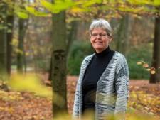 Geadopteerd, bang om te vertellen dat ze lesbisch was en een geweldige relatie: Elly (61) schreef een boek over haar leven