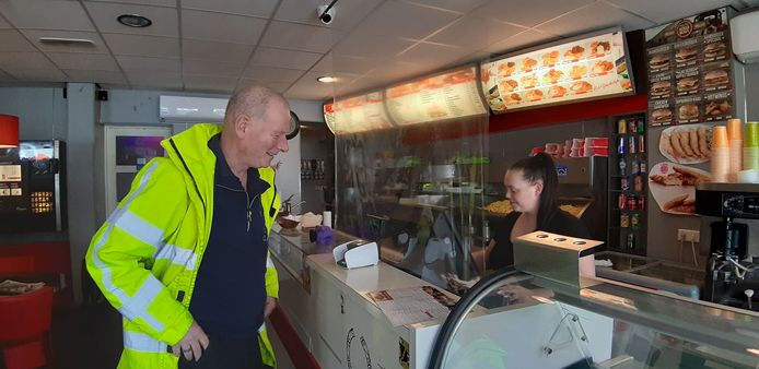 Bij Cafetaria  Klundert hangt een plastic zeil tussen de toonbank en de kassa om mensen te beschermen tegen besmetting met het coronavirus.