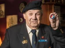 Adriaan-Jan (85) onderscheiden voor zijn gevaarlijke werk als mijnenzoeker