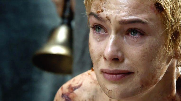 Cersei struikelt tijdens haar walk of shame. Beeld HBO