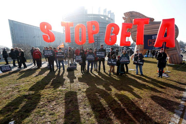 Demonstranten in Straatsburg protesteren tegen het CETA verdrag. Beeld AP