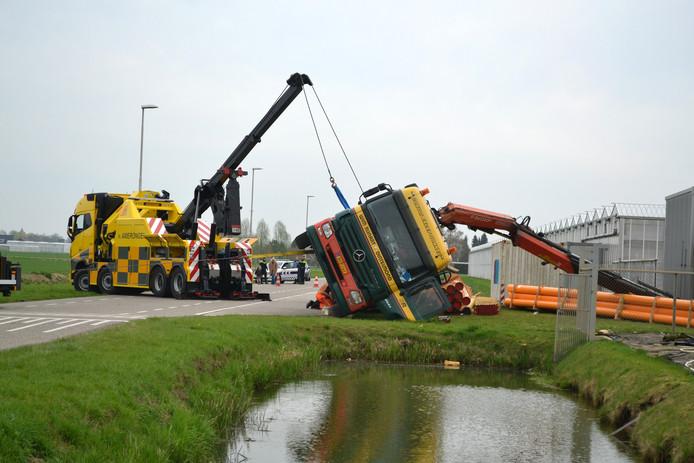 Een vrachtwagen met een oplegger is gekanteld tijdens het lossen aan de Bergerdensestraat in Huissen.