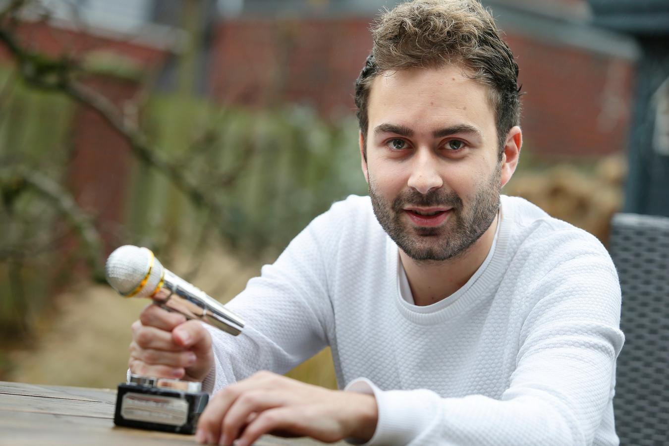 Menzo Kortland met zijn Sound-Alike of Music Award 2017. Hij imiteert moeiteloos zo'n veertig artiesten.