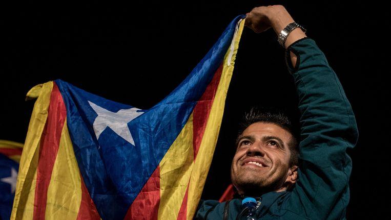 Mensen zwaaien met de Catalaanse vlag. Beeld getty