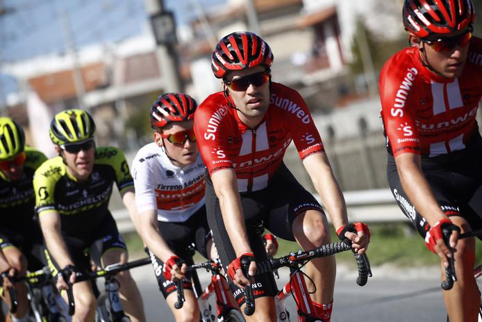 Tom Dumoulin gaat Sam Oomen voor in de Tirreno-Adriatico.