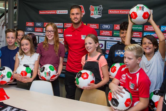 Mathias Bossaerts is dinsdag gepresenteerd bij basisschool NSV 2 in NIjmegen