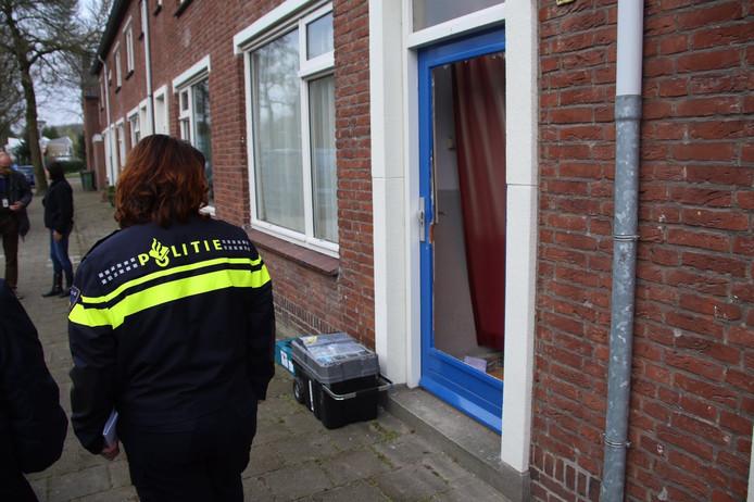 De politie doorzoekt een tussenwoning aan de Appelbloesemstraat in Eindhoven