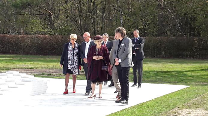 Prinses Beatrix maakt met een klein gezelschap een rondje om het reliëf van Ad Dekkers in Bergeijk.