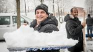 """VIDEO. Asielzoekers helpen sneeuw ruimen in Ingelmunster: """"Blij dat ik iets kan terugdoen voor opvang"""""""