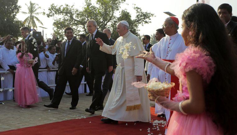 Sri Lankaanse meisjes gooien bloemen naar de paus, tijdens zijn bezoek aan Colombo, de hoofdstad van Sri Lanka. Beeld ap