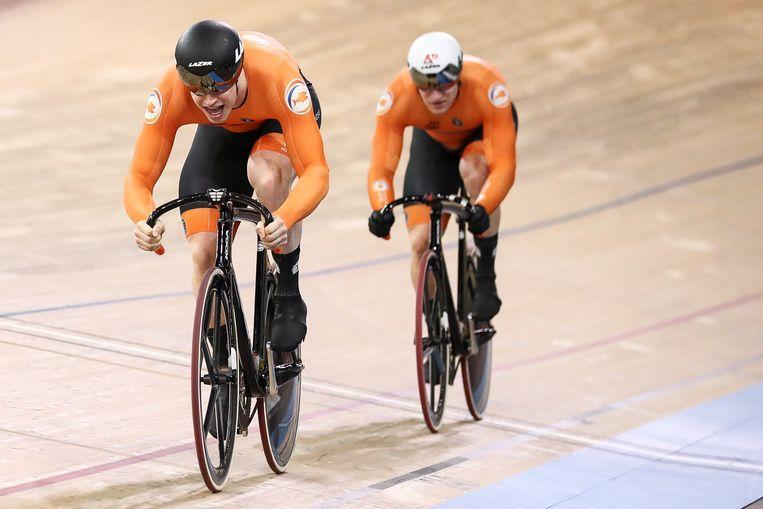 Harrie Lavreysen (links) en Jeffrey Hoogland op de baan.  Beeld Getty Images
