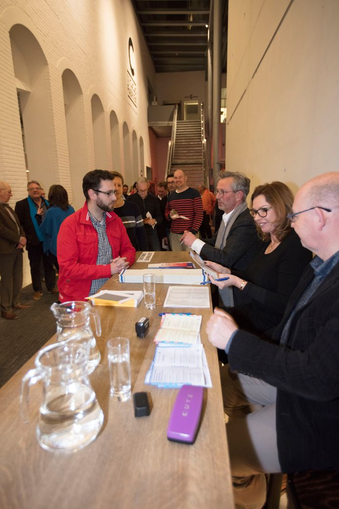 Direct na middernacht is het eerste stembureau in Helmond in de Cacaofabriek geopend