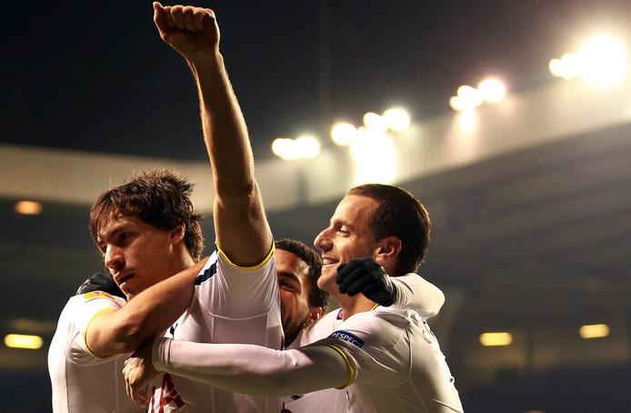 Benjamin Stambouli (links) viert een goal voor de Spurs.
