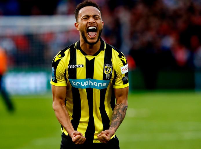 Lewis Baker schreeuwt het uit van vreugde na de bekerwinst met Vitesse.