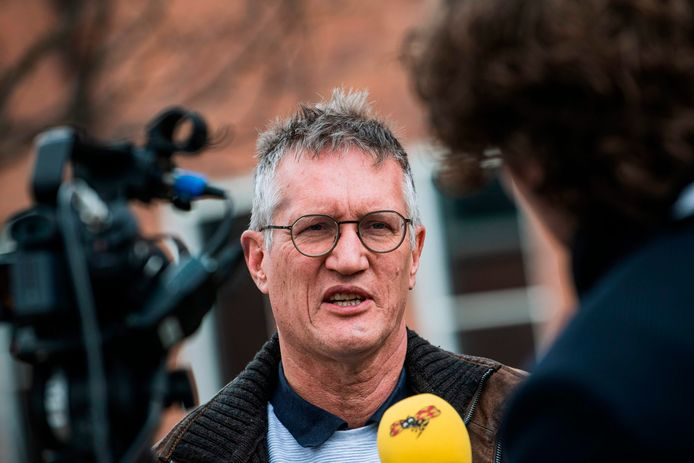 Anders Tegnell van het Zweedse RIVM staat de pers te woord.
