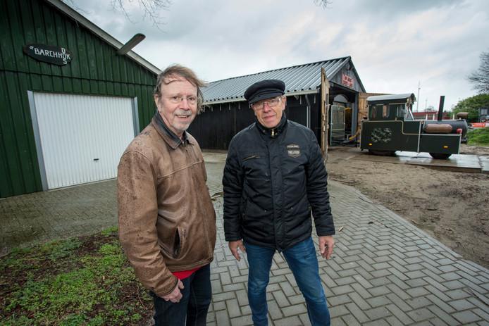 Tram Bello heeft een nieuw onderkomen in samenwerking met Wandelvereniging DOS Barchem Arris Kramer (links) van Wandelvereniging DOS en Albert Wonnink van Tram Bello. Foto: Arjan Gotink