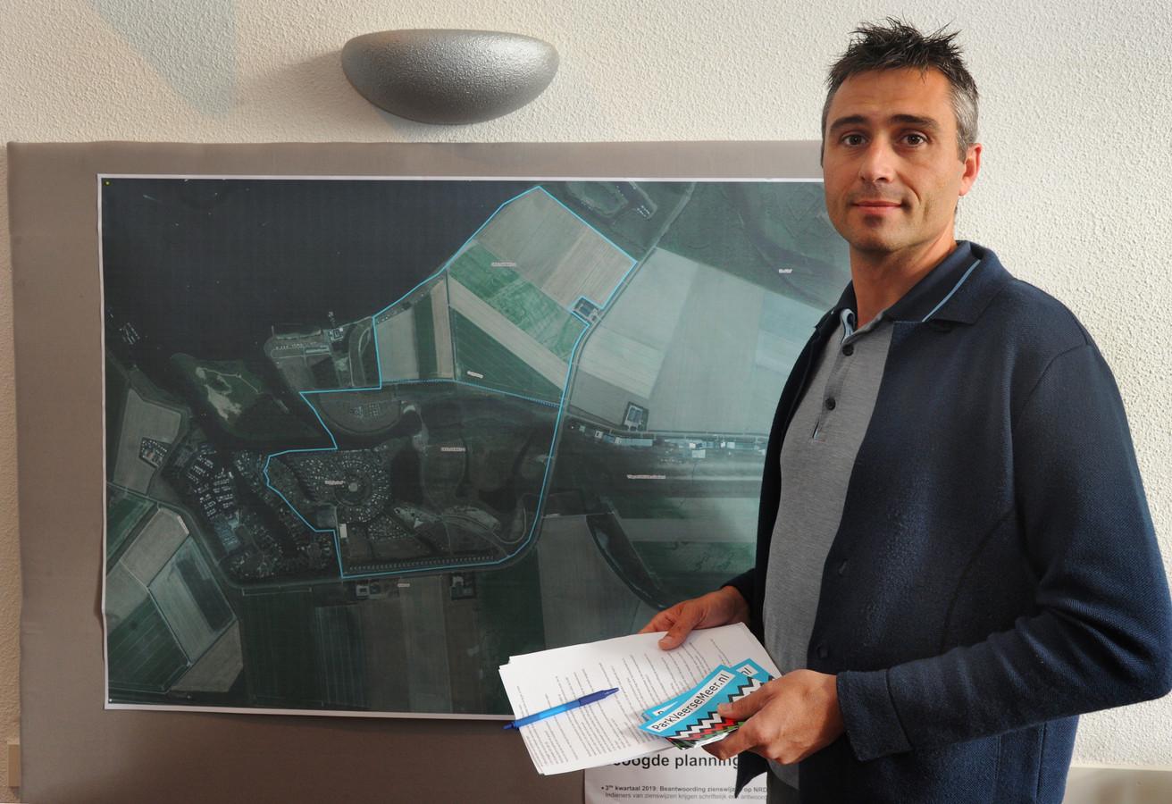 Karel Dingemanse staat voor een luchtfoto van de locatie van het toekomstige Waterpark Veerse Meer. Hij nam het initiatief voor een petitie tegen het vakantiepark, die in minder dan twee weken 11.500 keer is ondertekend.