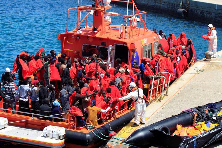 Migranten worden door de Spaanse kustwacht naar de haven van Cadiz gebracht, in Zuid-Spanje. Beeld EPA