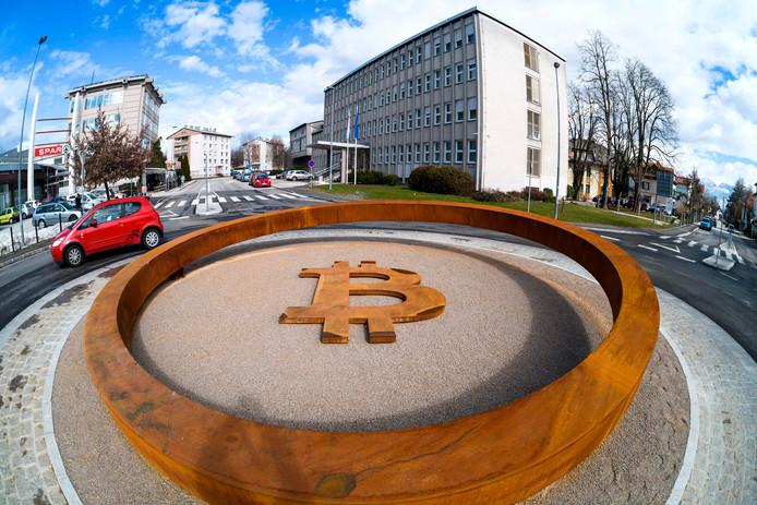 's Werelds eerste blockchain-monument ter ondersteuning van cryptovaluta staat in het centrum van Kranj in Slovenië. Foto Jure Makovec