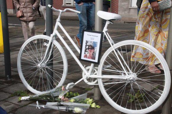 Op de plaats van het ongeval werd een 'ghostbike' geplaatst met een foto van Veronique Vandenberghe.