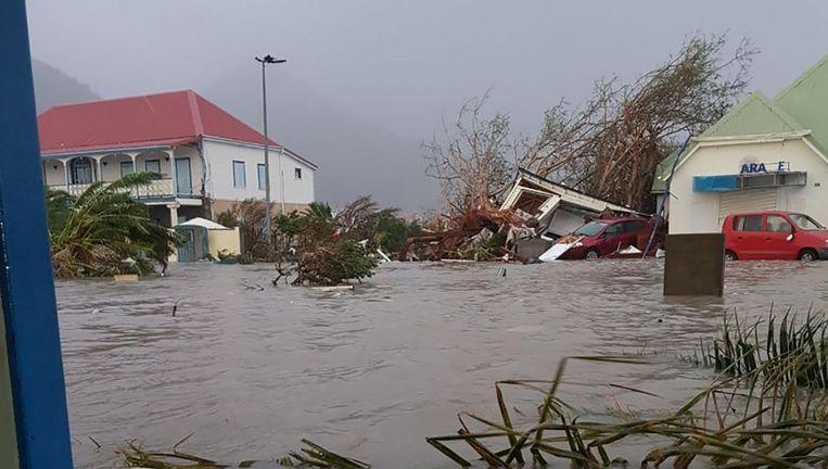 Een foto op het Twitter-account RCI Guadeloupe. Een straat op Sint-Maarten staat volledig blank. Beeld ANP