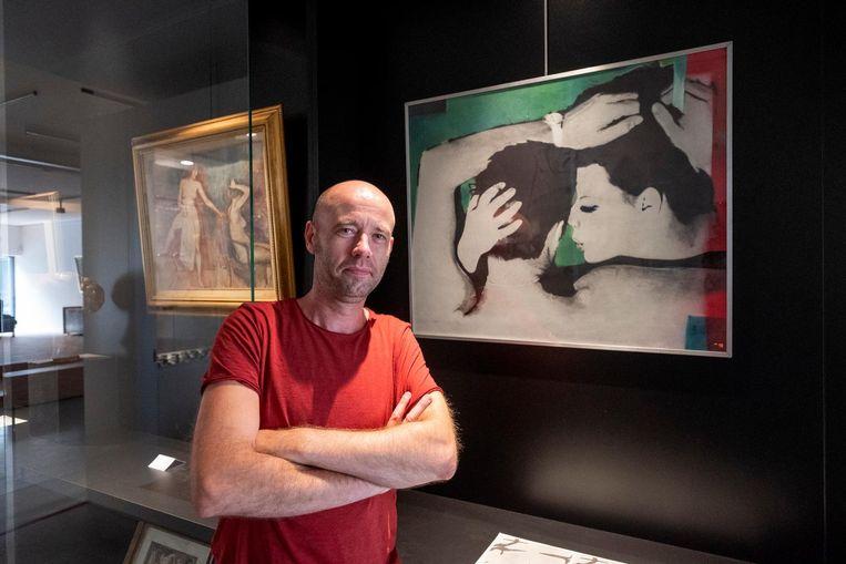 Peter Bernaerts bij het bewuste werk van de Antwerpse schilder Pol Mara.