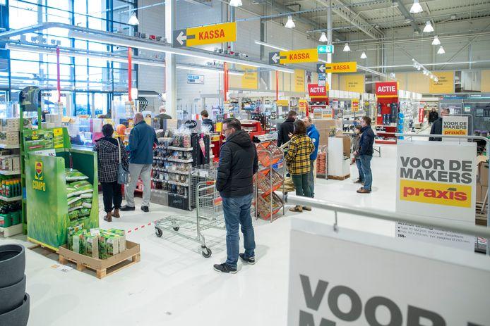 Bouwmarkten draaien met enkele aanpassingen in de winkel door tijdens de coronacrisis.