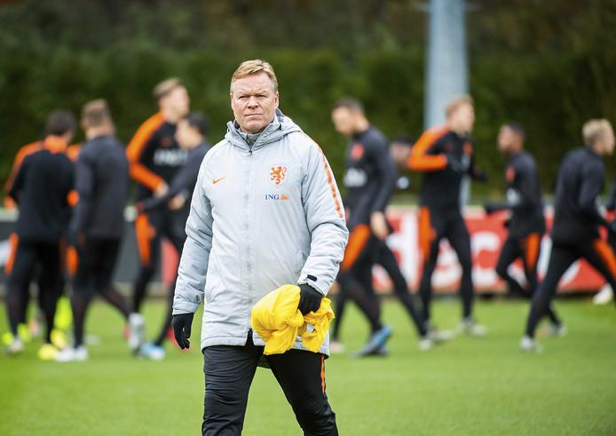 Bondscoach Ronald Koeman tijdens een training van het Nederlands elftal ter voorbereiding op de EK-kwalificatiewedstrijd tegen Noord-Ierland.