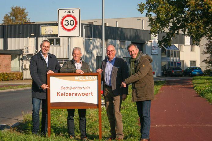 Stefan Rozendaal (Bedrijvenkring Putten), Geurt Pasman (Pasman Putten), Gerbert Priem (wethouder gemeente Putten) en Johan Grift (Bedrijvenkring Putten)(vlnr) bij het nieuwe welkomstbord voor bedrijventerrein Keizerswoert.
