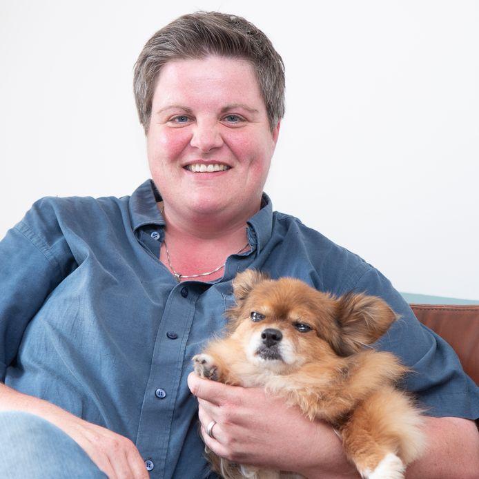 Astrid Koningen met in haar arm de oude hond Sem.