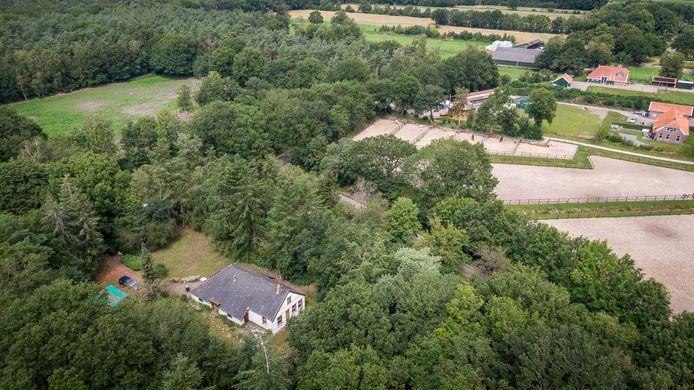 Linksboven het stuk grond waar de scouting moet komen, rechts de manege.