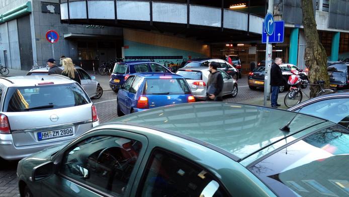 Drukte voor een parkeergarage in het centrum van Rotterdam.