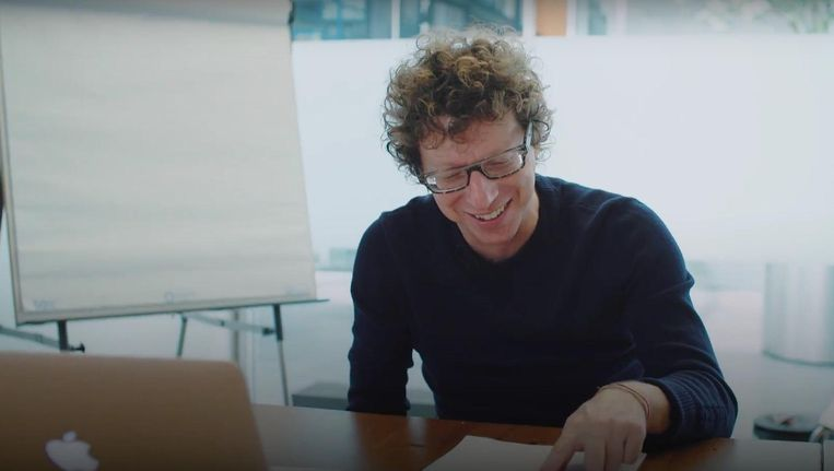 Arnon Grunberg leest gegenereerde Voetnoten voor. Beeld