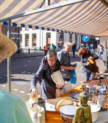 Koopjesjagers trekken sprintje naar favoriete kraam op rommelmarkt in Wageningen