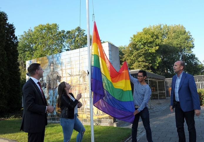 Regenboogvlag wordt gehesen op het Zwin-college.