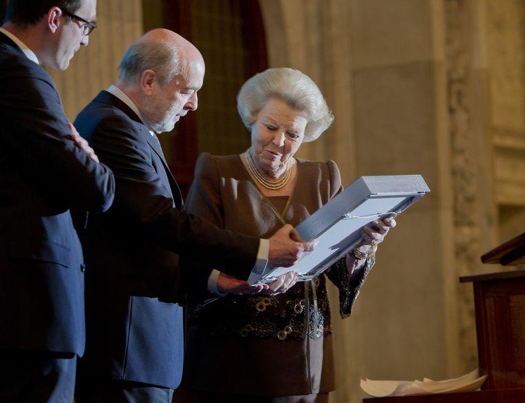 Koningin Beatrix reikt de Prijs der Nederlandse Letteren uit aan de Vlaamse dichter Leonard Nolens in het Paleis op de Dam. Beeld ANP